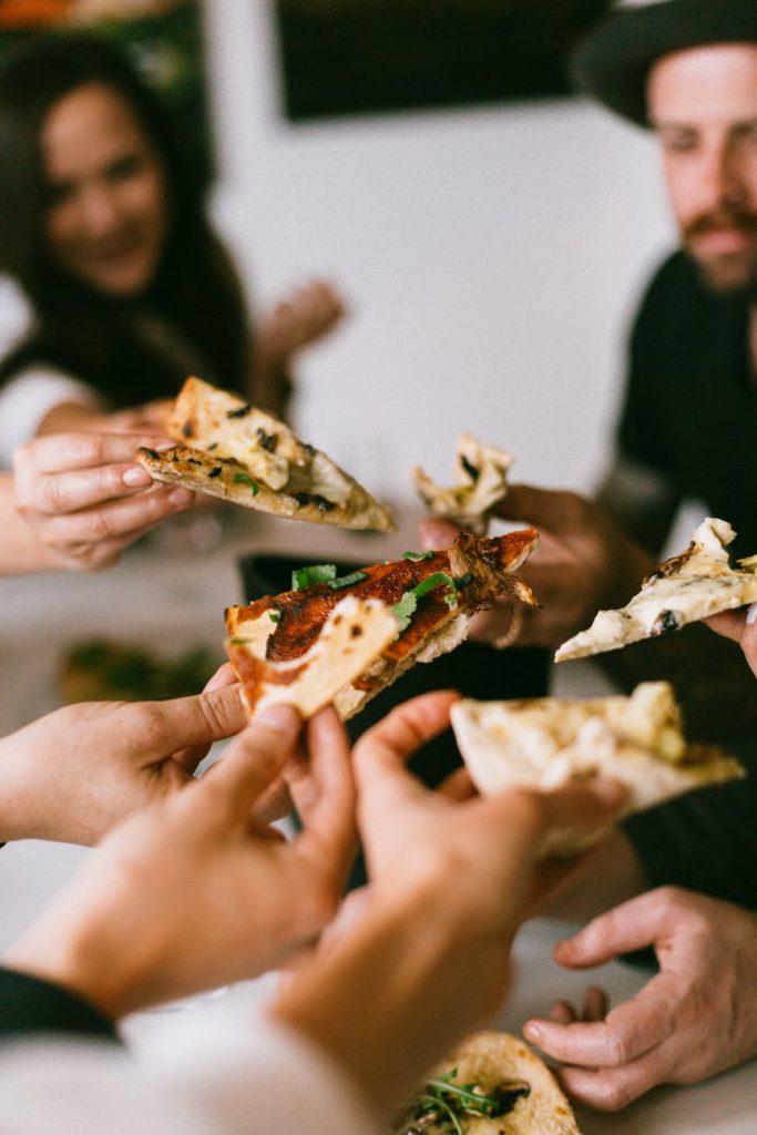 2. Stop Melewatkan Makan Siang - Porsi Balas Dendam Saat Makan Malam