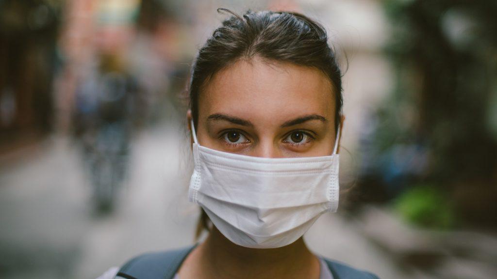 1. Tips Jaga Kesehatan di Tempat Kerja - Pakai Masker