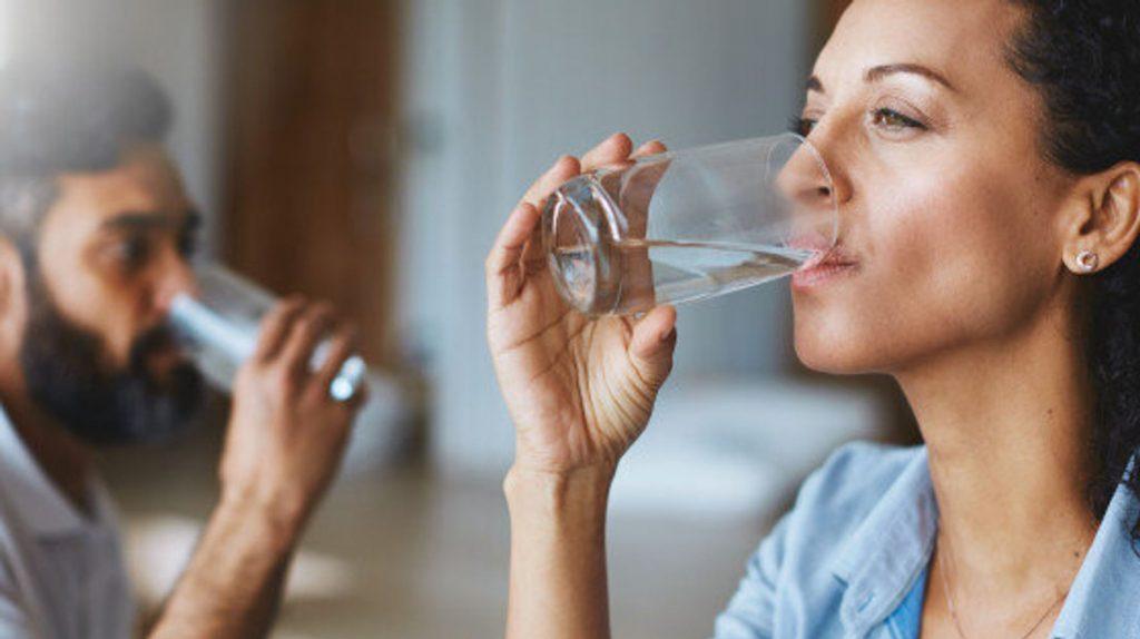 3. Tips Jaga Kesehatan di Tempat Kerja - Minum Air Mineral