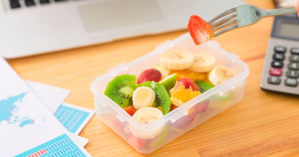 4. Tips Jaga Kesehatan di Tempat Kerja - Makan Camilan Sehat