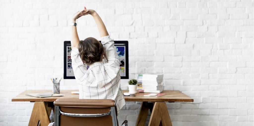 6. Tips Jaga Kesehatan di Tempat Kerja - Melakukan Peregangan