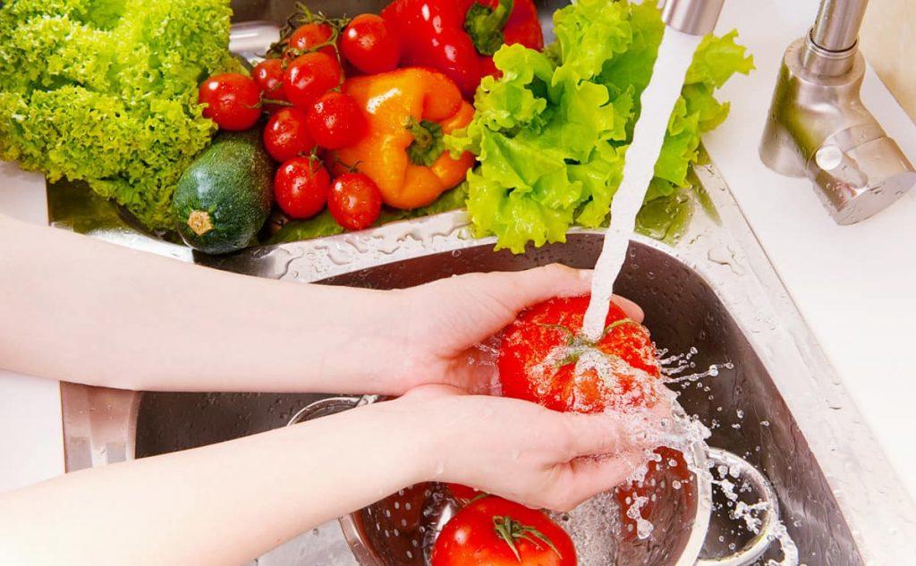2. Cuci Bahan Makanan - 5 Tips Jaga Kebersihan Mengolah Makanan