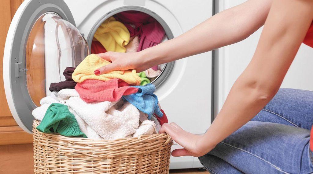3. Langsung Cuci Baju yang Dipakai Keluar dengan Deterjen