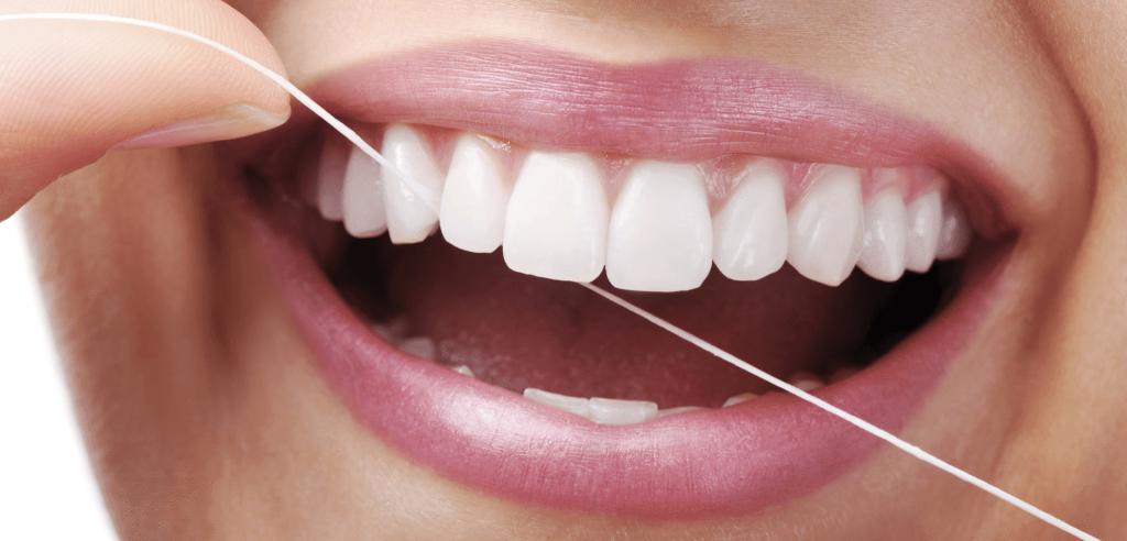 2. Gunakan benang gigi untuk membersihkan sisa makanan yang tidak terjangkau sikat gigi
